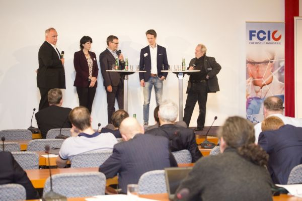 Podiumsdiskussion: Ralf Schledjewski (Montanuniversität Leoben), Bettina Schrenk (Greiner Packaging International), Helmut Frischenschlager (Umweltbundesamt), Aeneas Willem Noordanus (Naturabiomat GmbH), Theodor Zillner (BMVIT). (c) Petra Blauensteiner/ÖGUT